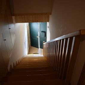 Escadas e corrimão em pinho tratado. 2/4.