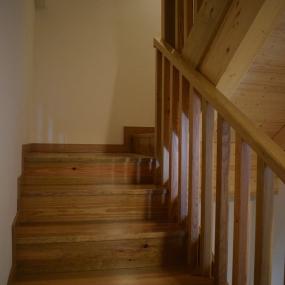 Escadas e corrimão em pinho tratado. 3/4.