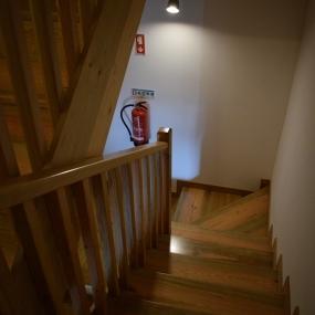 Escadas e corrimão em pinho tratado. 4/4.